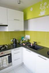 Połączenie bieli i koloru limonkowego - kuchnia dla miłośnika kwaśnych jabłek