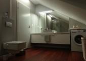 Dwie aranżacje łazienek z panelami Quick Step Laguna w kolorze Merbau
