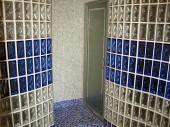 Łazienka z luksferami, mozaiką Bisazza oraz łaźnią parową