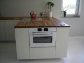 Biała kuchnia z wyspą, projekt: leaat