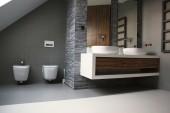 Łazienka z wannąwolnostojącą i płytkami Durstone