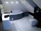 Łazienka na poddaszu z glazurą Paradyż Secret Bianco Nero i narożną wanną