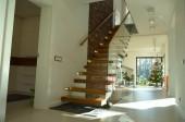 Zdjęcia schodów w domu jednorodzinnym i szklane balustrady