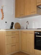 Niewielka kuchnia w kolorze drewna - do bloku
