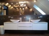 Aranżacja łazienki w ciemnych kolorach z płytkami Venis Irish Silver i dekorami Venis Bluebell Silver