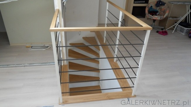 Balustrada w schodach ażurowych - składa się z trzech kolorów, bieli, czerni ...