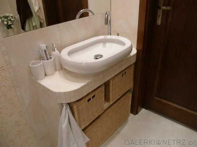 Umywalka w kształcie wanny, elegancka i nowoczesna. Ustawiona na półce z kafelek. ...