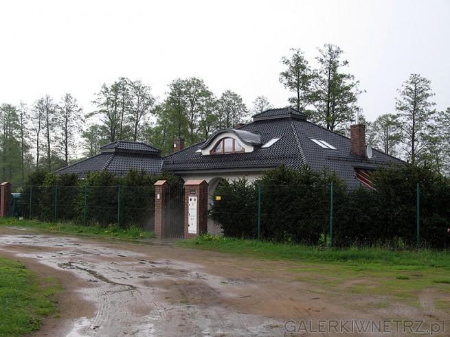 Dom - rezydencja. Zastosowane żywe ogrodzenie zapewnia właścicielowi posesji ...