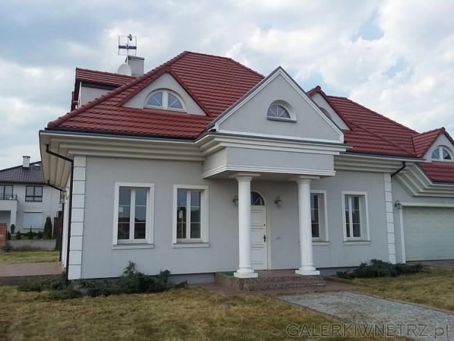 Bardzo elegancki dom z elewacją w stonowanej kolorystyce. Dom w stylu dworskim, ...