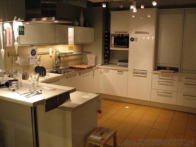 Kuchnia z IKEI w kolorze białym. Fronty lakierowane na wysoki połysk