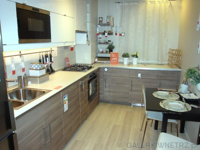 Bardzo jasna aranżacja kuchni. Dzięki jasnym kolorom, głównie bieli i jasnego drewna, ...