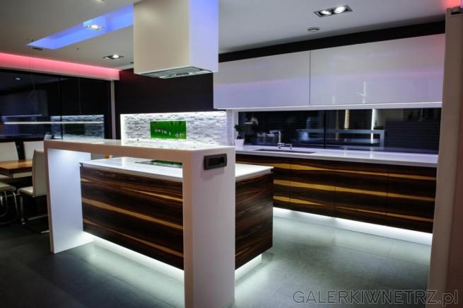 Bardzo elegancka, wytworna kuchnia w brązach, bieli i czerni. Kuchnia jest podświetlana ...