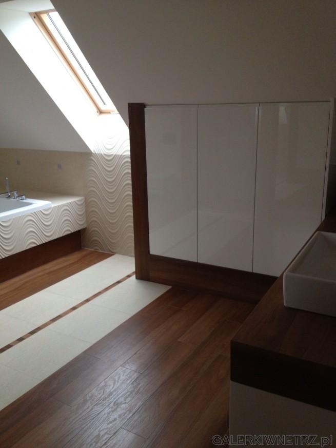 Aranżacja ładnej, jasnej łazienki na poddaszu ze skosami. Głównym motywem są ...