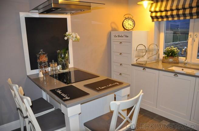 Urokliwa kuchnia w bieli i szarości z meblami przypominające retro, z francuskimi ...