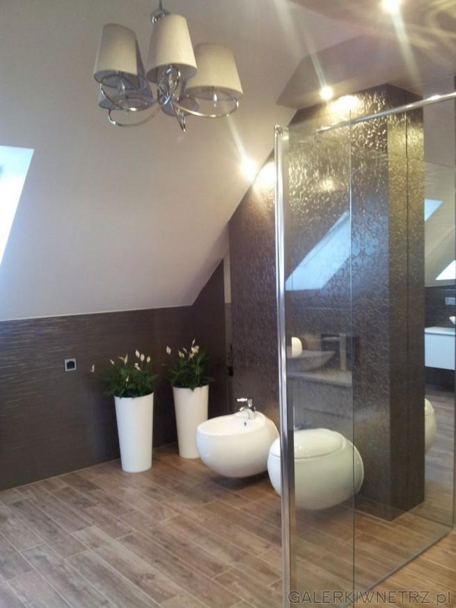 Elegancka łazienka w ciemnych kolorach z kabinąprysznicową. Zostały wybrane ...