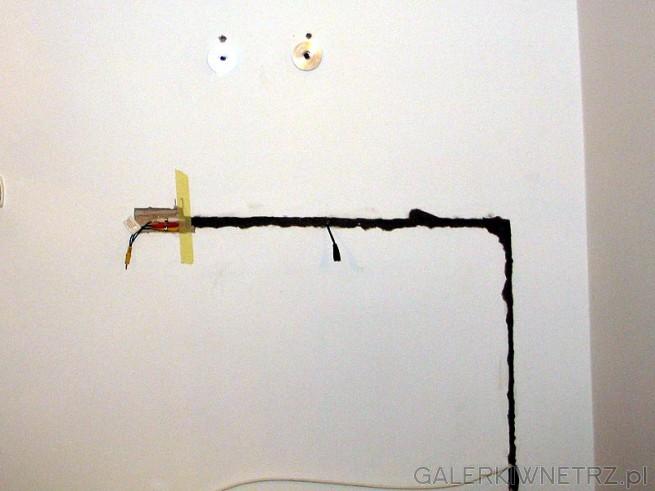 Walka z kabelkami. Po zatynkowanu będzie zagipsowany i ściana zostanie pomalowana.