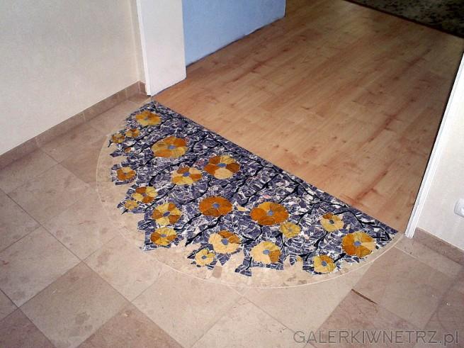 Mozaika wkomponowana jest w posadzkę marmurową z kamienia Crema Marfi przy czym ...