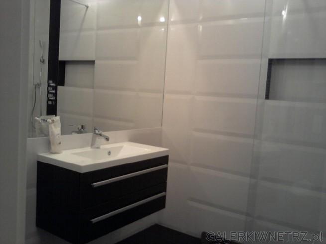 Aranżacja niewielkiej łazienki w bieli z dodatkami ciemnego brązu. Umywalka Antando ...