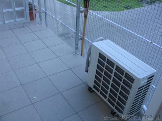 Klimatyzacja w bloku: jednostka zewnętrzna na balkonie. Gumowe nóżki zabezpieczą ...