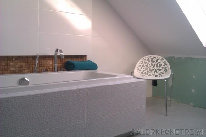 Aranżacja łazienki ze skosami. W tej łazience została wykorzystana wanna prostokątna, ...