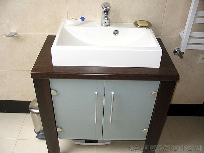 Szafka pod umywalkę - w zestawie. Brązowe drewno dobrze się komponuje z brązowymi ...