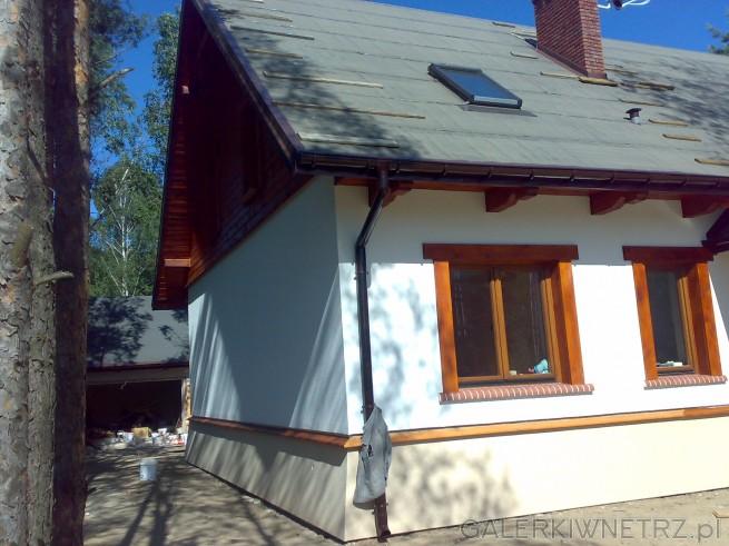 Elewacja rustykalnego domku, gdzie główną rolę odgrywa biel i drewno. Zdecydowana ...
