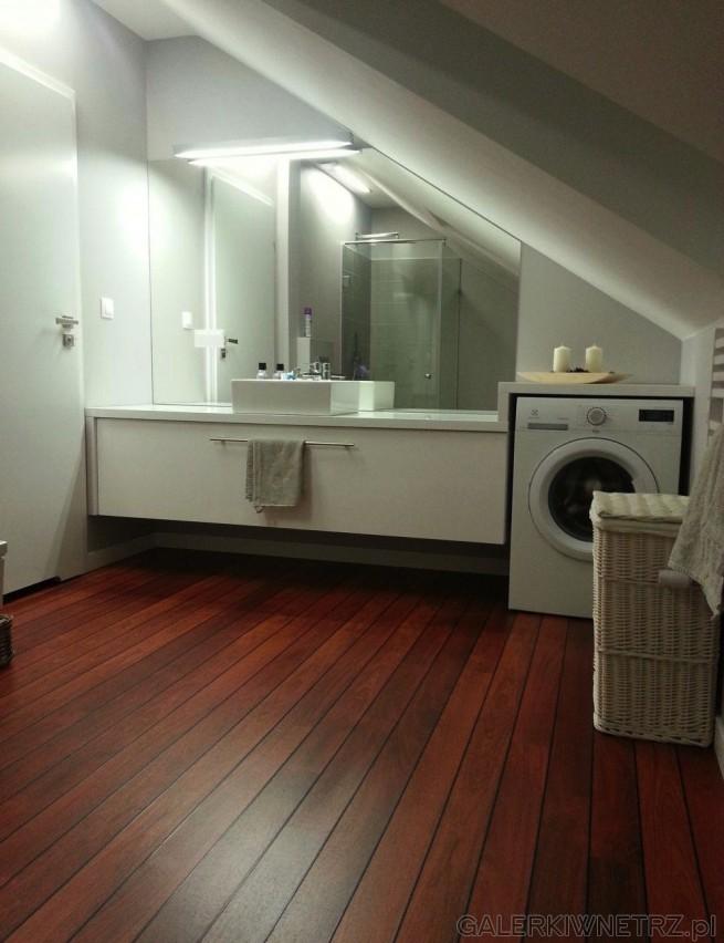 Urocza łazienka w bieli i w drewnie. Jest to przykład łazienki ze skosem dachu. ...