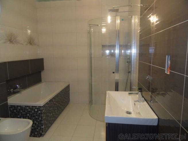 Oryginalna łazienka gdzie zostało połączonych kilka dekoracyjnych motywów. ...