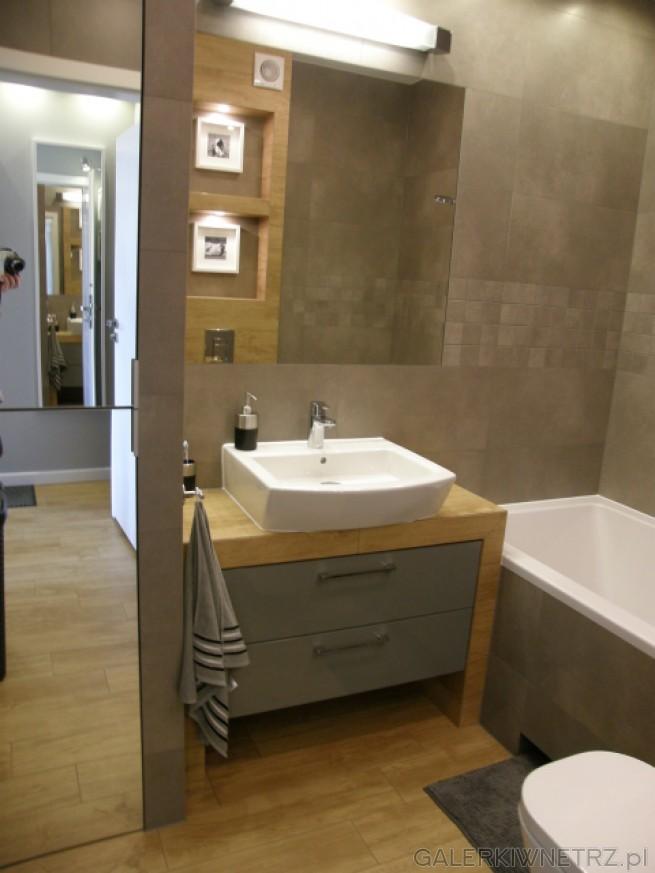 Duże lustro w łazience powiększa przestrzeń