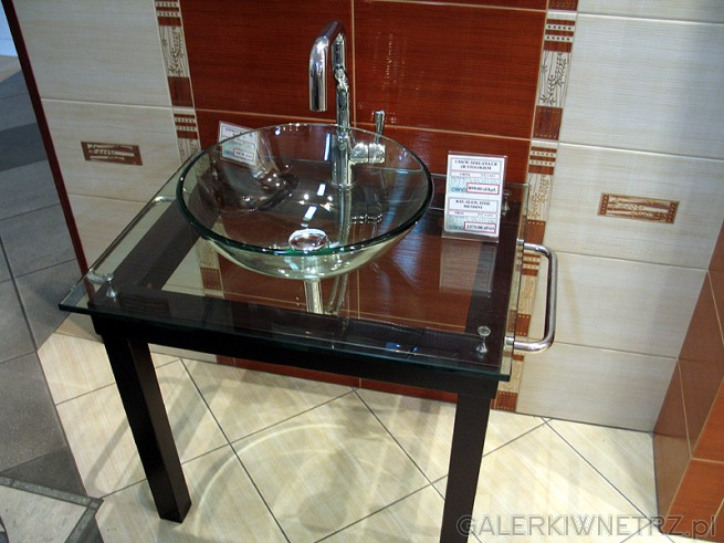 Szklana umywalka chińska. Na uwagę zasługuje wieszak na ręcznik wbudowany w stolik