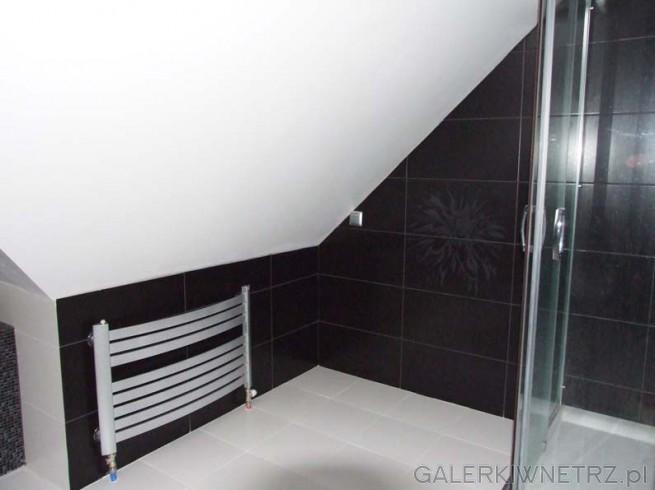 Miejsce obok prysznica do zagospodarowania, idealne np. na kosz z bielizną lub ...