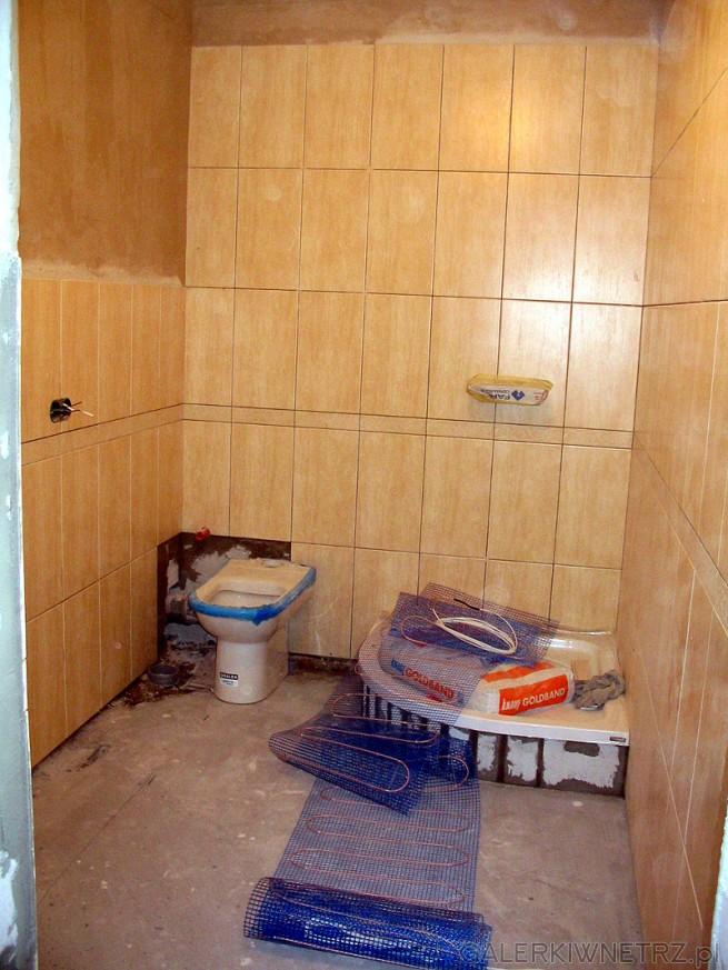 Układanie maty grzewczej - ogrzewania podłogowego w łazience. Mata ze zdjęcia ...