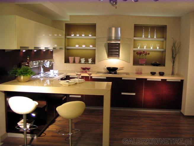Nowoczesna kuchnia Mebel Rust. Mały bar i zydle - obrotowe krzesła. Jest to kuchnia ...