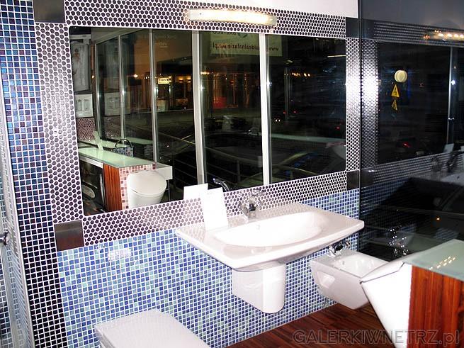 Duże proste lustro w łazience. Art mozaika z małych kwadracików. Z prawej strony ...