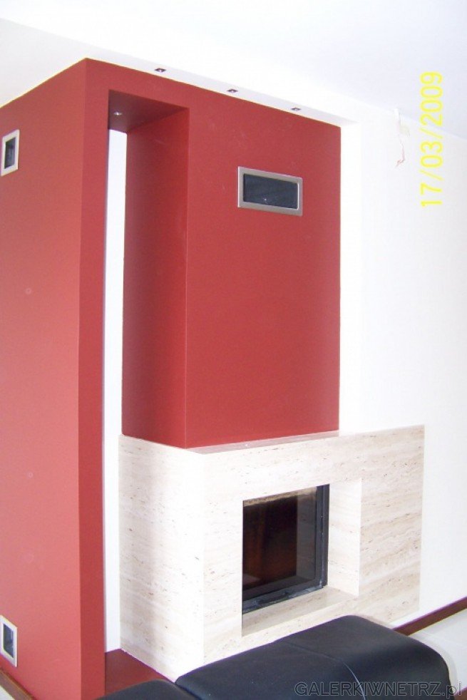Nowoczesna aranżacja kominka z mocnym akcentem kolorystycznym. Wkład jest poziomy ...