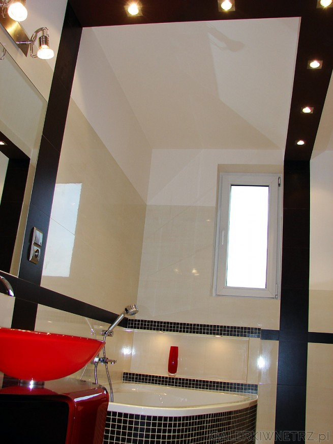 Oświetlenie - halogeny w łazience. Czarne dodatki z glazury