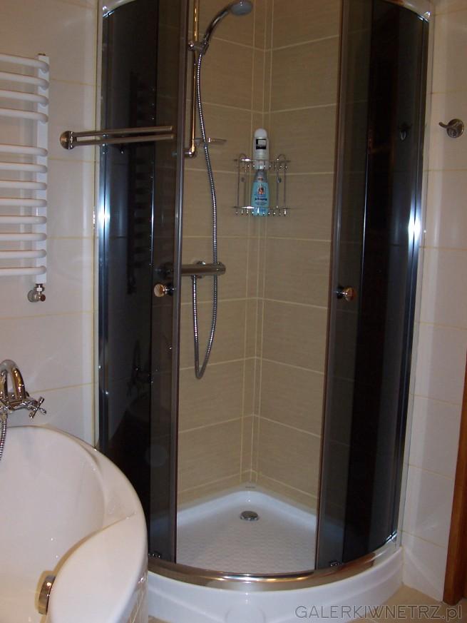 Kabina prysznicowa z niskim brodzikiem. Kabina z przyciemnianego szkła