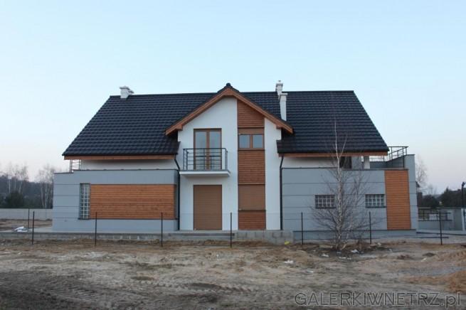 Minimalistyczny, nowoczesny dom w różnych odcieniach szarości oraz z drewnianymi ...