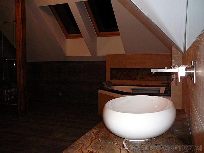 Łazienka znajduje się na poddaszu i jest ze skosami