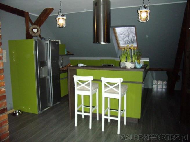 Klimatyczna kuchnia na poddaszu z żywymi kolorami. Jest to przykład kuchni z mocnymi ...