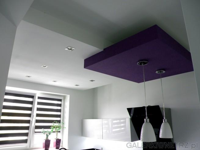 Pod sufitem znajduje siępodwieszenie na dwie lampy, które zwisajątuż nad ...