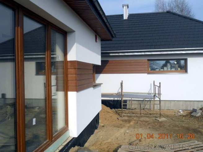 Okna i drzwi firmy Goran kolor złoty dąb. Płyta elewacyjna