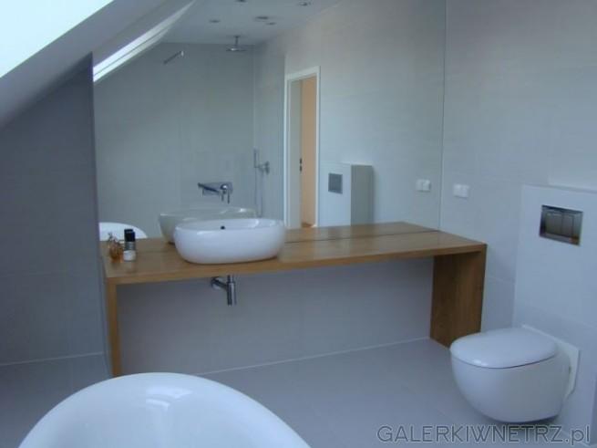 Duża, biała łazienka. Ogromne lustro dodatkowo ją powiększa. Brązowy Blat ...
