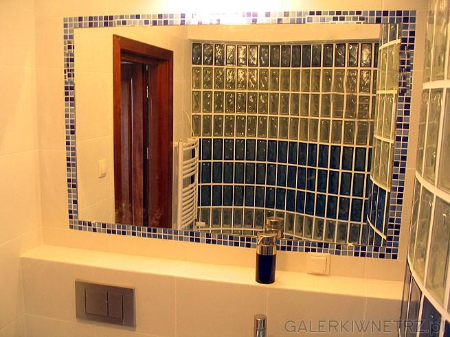 Lustro do łazienki - duże, proste wbudowane w ścianę i obłożone mozaiką glazury. ...