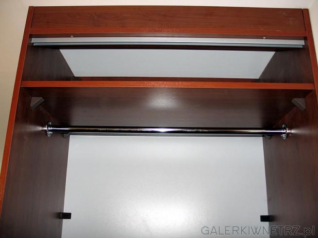 Górna półka ma wysokość 25cm. Widoczna na górze belka i aluminiowa prowadnica ograniczają ...