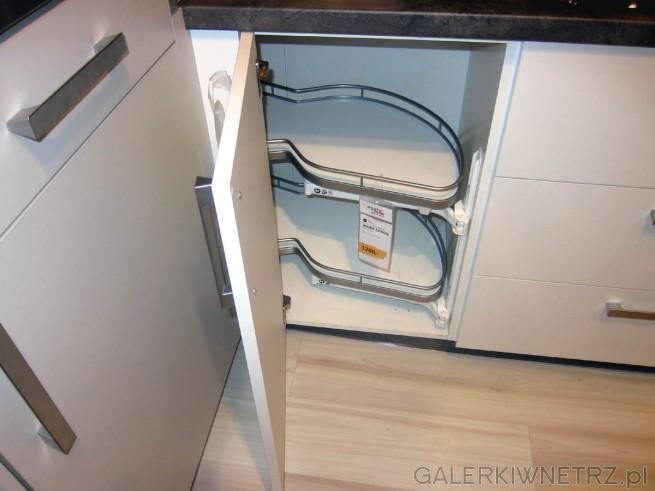 W szafkach narożnikowych zastosowano technologię Peka Pa mans - każda z półek ...