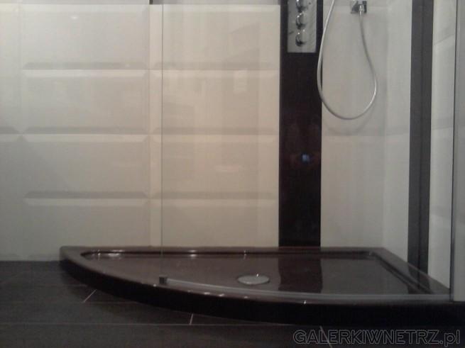 Brodzik w kolorze brązu to brodzik Aquaform Solitare, ładnie kontrastuje z białymi ...