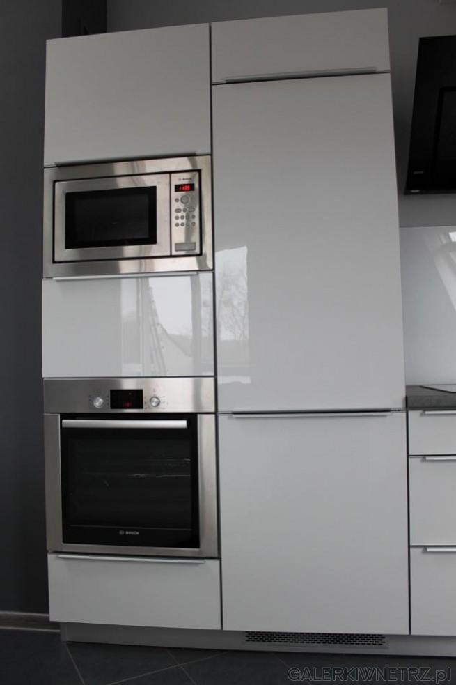 Przykład kuchni siębiel świetnie komponuje się z srebrnymi urządzeniami AGD. ...