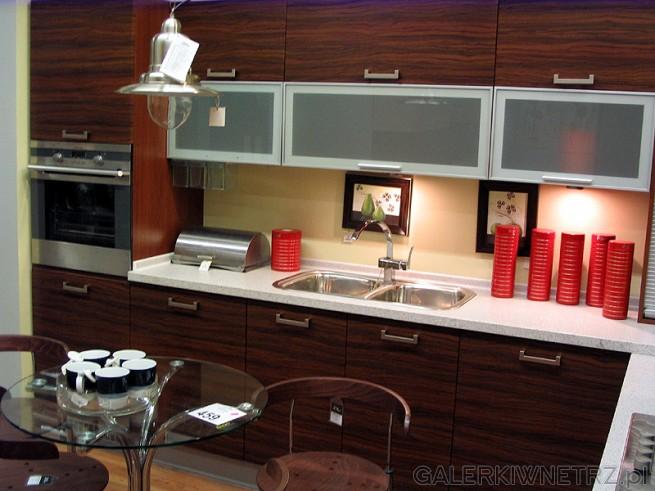Wyposażenie kuchni nowoczesnej - piekarnik został zabudowany w szafce. Kuchnia ...