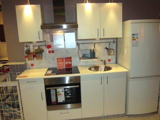 Biały zestaw mebli kuchennych z IKEI z cyklu METOD, utrzymana w białym kolorze. ...